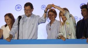 GRA797. MADRID, 26/06/2016.- El presidente del Gobierno en funciones y líder del PP, Mariano Rajoy (2i), junto a su mujer Elvira Fernández (i), la secretaria general del partido, María Dolores de Cospedal (d), la presidenta de la Comunidad de Madrid, Cristina Cifuentes (2d), y el jefe de Gabinete del presidente, Jorge Moragas (d), durante su comparecencia ante los simpatizantes en el exterior de la sede del partido, en la madrileña calle Génova, tras conocer los resultados de las elecciones generales del 26J. EFE/Javier Lizón